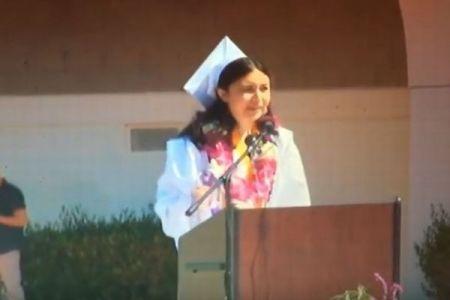 卒業スピーチで生徒代表が性的被害を訴えた瞬間、マイクが切られ問題に