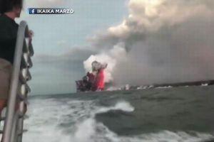 キラウエア火山で爆発が発生、飛んできた噴石が船の屋根を突き破る