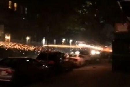 NYの街で女が打ち上げ花火を人に向けて連射、その動画が公開される