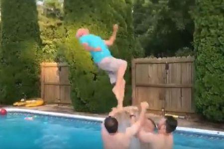 プールで後方宙返りを見事に成功させた、81歳のおじいちゃんがすごい!