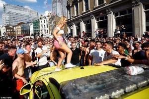 サッカーW杯で勝利した英のファンが暴走、救急車のガラスを割る事態に