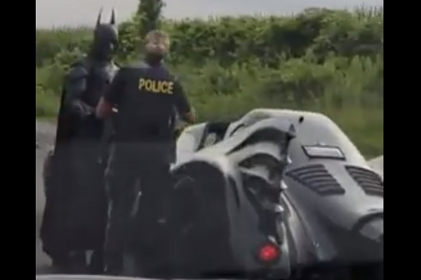 バットマンvs警察官?何も違反していないバットマンが警察官に呼び止められた理由