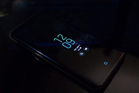 スマートフォンなどからのブルーライト、失明を引き起こす可能性を新たな研究が指摘