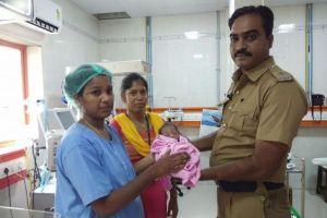 インドの排水管から捨てられた赤ちゃんを発見、その瞬間の映像がショッキング