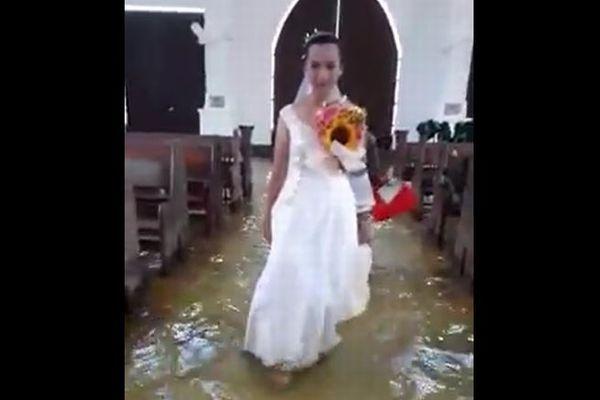 水に浸かったフィリピンの教会で、結婚式を挙げる花嫁の動画が話題に