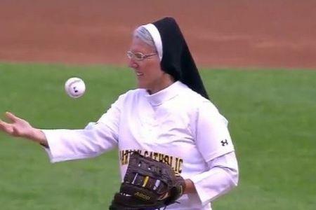 米大リーグの始球式に修道女が登場、ノーバウンドで見事な投球を披露し話題に