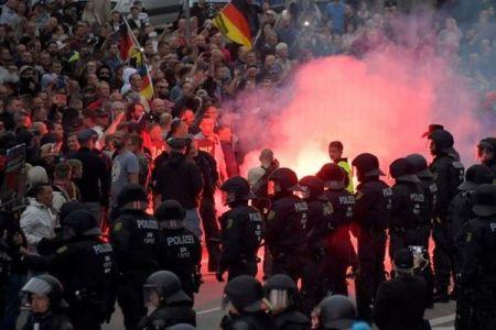 ドイツで極右の大規模デモ、5000人が参加し反ナチス活動家らと対峙【動画】