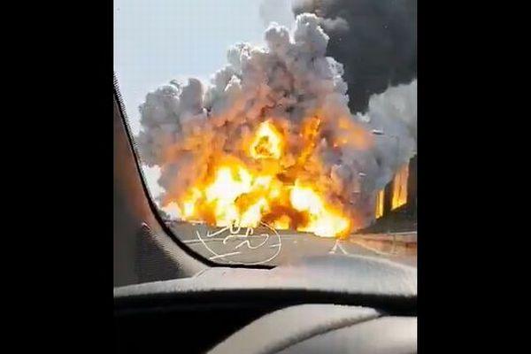 イタリアの高速道路で事故により大爆発、巨大な炎が立ち上る映像が衝撃的