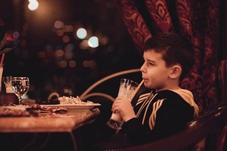 ドイツのレストラン、ディナータイムに14歳以下の子供の同伴を禁止し物議に
