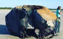 UFOの残骸?米のビーチに打ち上げられた奇妙な物体に憶測が広がる