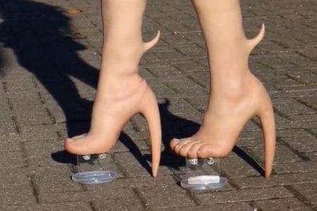 カナダのメーカーが製品化、エイリアンの足のようなブーツがユニーク