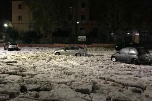 イタリアで激しい嵐が発生、ローマでは洪水と雹に覆われ車も立ち往生