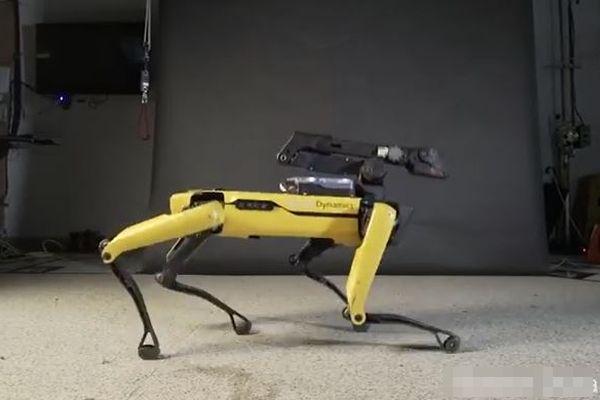 【ボストン・ダイナミクス】犬型ロボットのダンス動画、ムーンウォークも披露