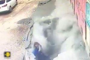 トルコで突然歩道が崩落、2人の女性が穴に飲み込まれる映像がショッキング
