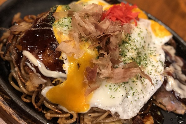 お好み焼き論争も。米国人男性が投稿した「日本で食べたもの」の写真がもはや飯テロ