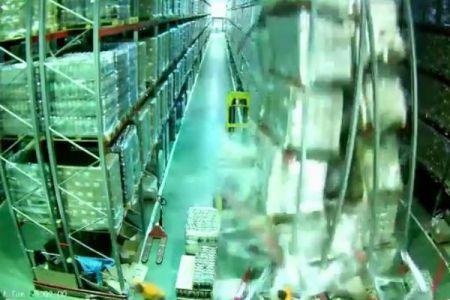 突然、倉庫の棚が崩壊、想像を超える規模で次々と崩れていく動画が恐ろしい