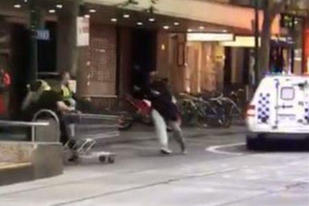 豪のメルボルンで起きたテロ事件、カートで犯人に立ち向かった男性がヒーローに