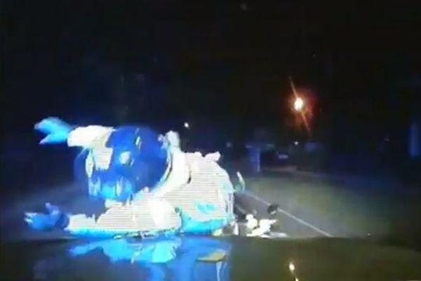 犯罪者のバイクにパトカーをぶつけて逃走阻止、英警察が新たな検挙方法の映像公開