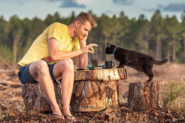 キャンピングカーで3年以上も猫と旅する生活を送る男性が話題に