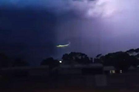嵐の最中、上空に不思議な緑の光が出現、気象の専門家も困惑【動画】