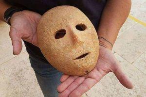 イスラエルで石から作られた、約9000年前の奇妙な仮面が発見される