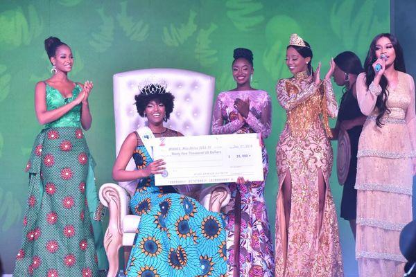 「ミス・アフリカ2018」の舞台上で、優勝した女性の髪に火が燃え移る