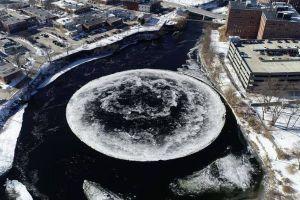 飛行機から氷の塊が落下か?就寝中に屋根を突き破り、寝室に到達