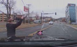 突然、車のドアが開き子供が落下、その瞬間をとらえた動画がショッキング