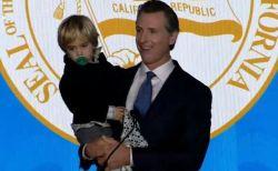 新しいカリフォルニア州知事が、突然現れた息子を抱き上げ就任演説