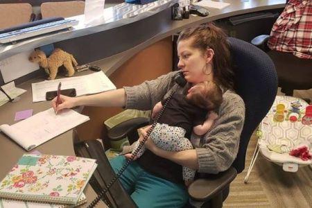職場で仕事をしながら子供を育てる女性、働く母親の現実を映した写真が話題に