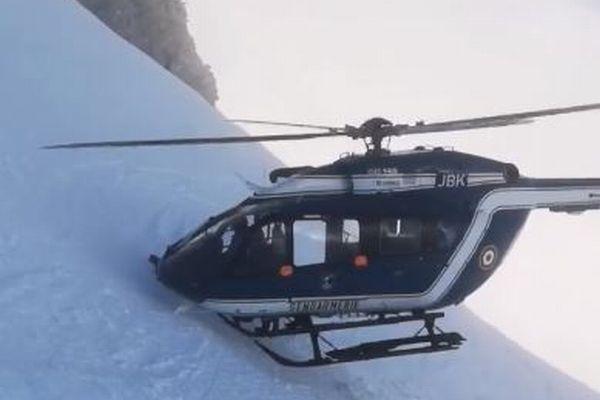 回転翼と斜面の間は数十センチ!雪山に直接着陸し、負傷者を救助したヘリがスゴイ