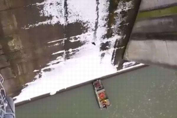 ダムの放出口に取り残された子猫、壁面を滑って落ちていく動画が撮影される