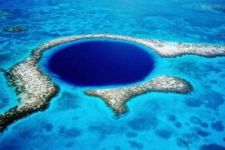 ベリーズの「グレート・ブルーホール」を潜水艇で探索、その海底にもプラスチックが!
