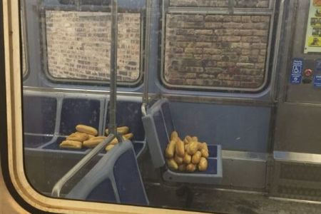 「誰か忘れてない?」電車内に残されたバゲットを巡るツイートが話題に