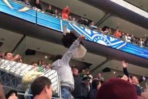 米大学フットボールの会場で、調教された巨大なハクトウワシが観客にとまる