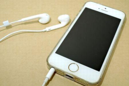 スマホを充電しながらイヤホンをつけていたタイの男性、感電により死亡か