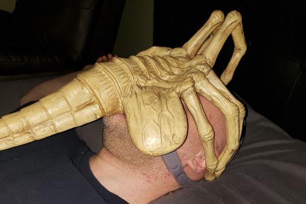 無呼吸症候群と診断された男性、睡眠時につける酸素マスクを「エイリアン」に改良