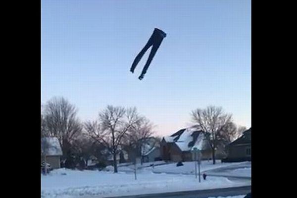 宙に投げたジーンズも雪に突き刺さる!米で服を凍らせる遊びが話題に