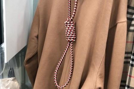 ファッションショーで首吊りの縄をアクセサリーにしたバーバリーを、モデルが批判
