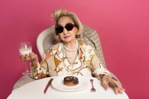 キメキメのおばあちゃんたちによる「ベーカリーの広告」が癖になりそう!
