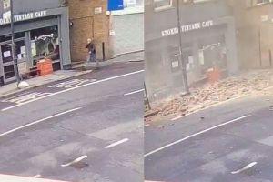 危機一髪!男性が通った後に建物から大量の瓦礫が落下、危うく難を逃れる