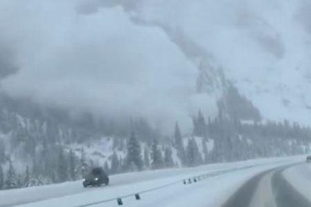 巨大な雪煙がハイウェイに接近、雪崩発生の瞬間をとらえた動画が恐ろしい
