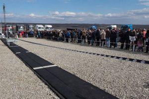 「高速道路が無さすぎ!」怒った市民が、横幅1mの道を作り国に抗議