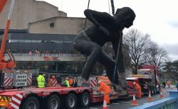 大迫力の巨大な女性のブロンズ像、イギリスの港町に出現