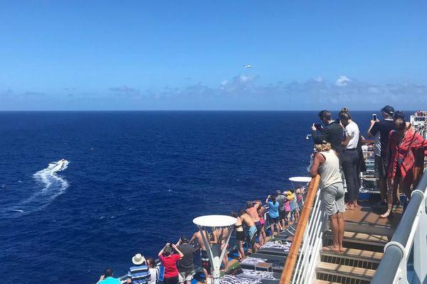 航行中の豪華客船が進路を変更、海へ墜落した自家用機の2人を救助【動画】