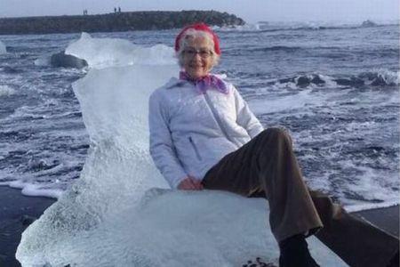 氷に座って優雅なポーズのおばあちゃま、そのまま流される
