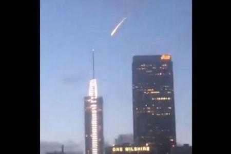 ロサンゼルス上空に隕石のような物体が出現、光りながら降下していく