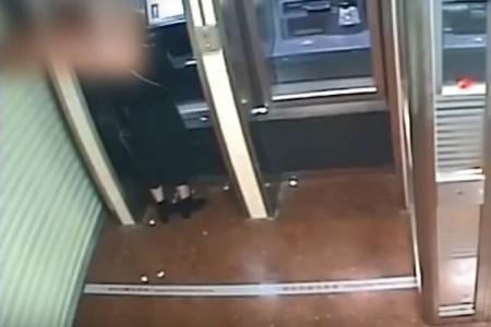 ATMの強盗、女性客の残高を見てお金を全額笑顔で返す