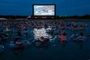 夜中に水に浮かびながら映画『ジョーズ』を鑑賞、米でユニークなイベントが実施へ