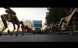 ボストン・ダイナミクス、犬型ロボットがトラックを引っ張る動画を公開